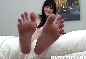 I want u to cum all over my dainty little feet