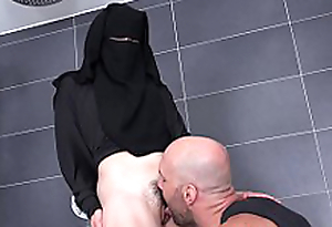 Randy worker helps Valentina Ross in niqab -2
