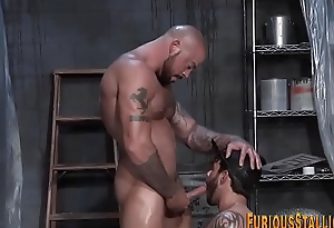 Buff hunk gets ass railed